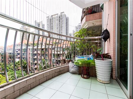 低市场30万,地铁口阳光花园电梯大三房,中间楼层安静看花园