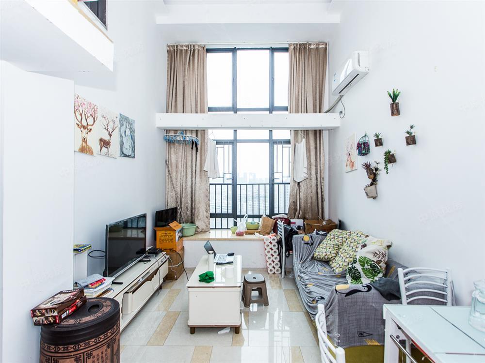 次新小区精装修复式三房,不用名额购买,地铁口,价钱可谈