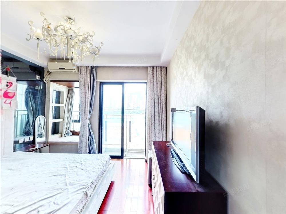 花港精装单间,业主诚心出售,看房方便。