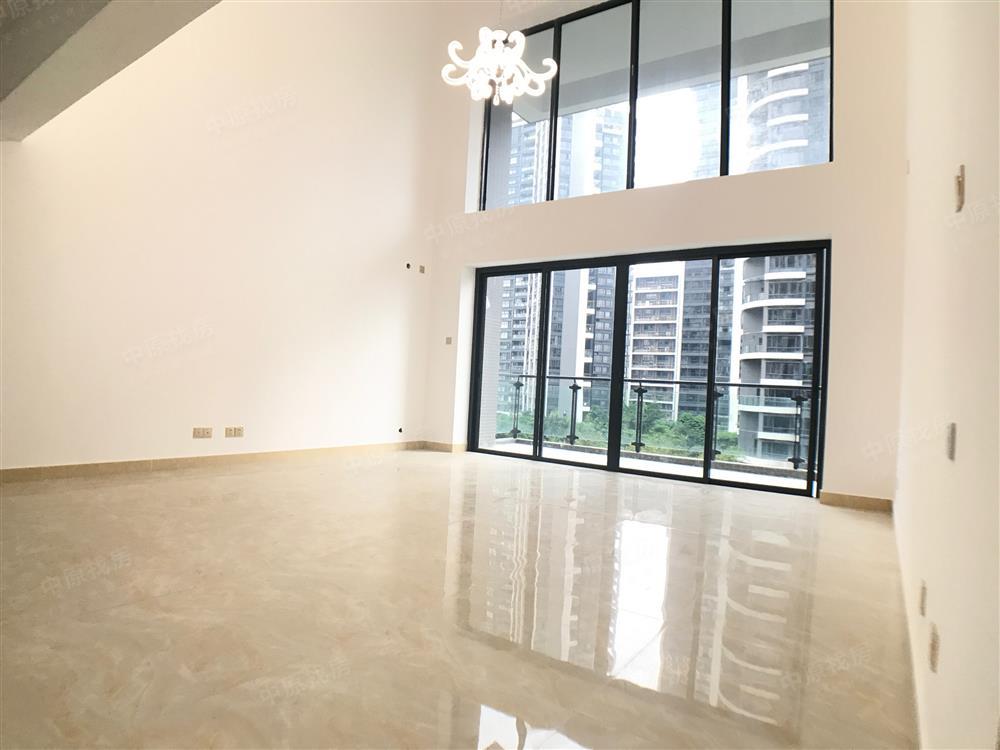满五年,二梯三户,客厅6米挑高,双方卧6房设计,大气豪华!